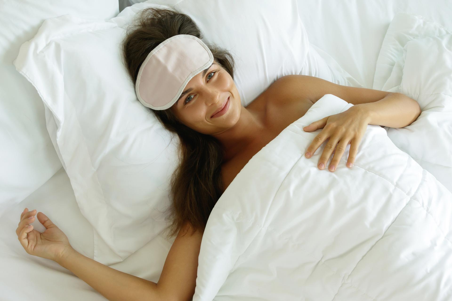 Mujer feliz y llena de energía acabándose de levantar